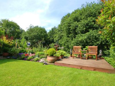 sommerlicher Garten mit Gartenmöbeln